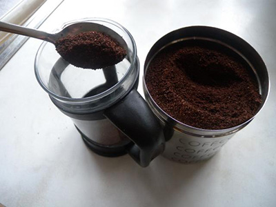 adding-the-coffee-to-the-cafetiere-coffee