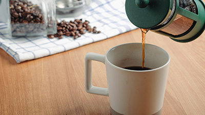 how-to-make-plunger-coffee-pouring-the-coffee